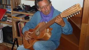Ángel Parra en su apartamento parisino, en 2012.