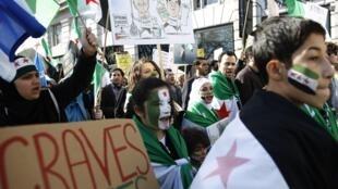 Manifestantes pedem o fim da guerra civil na Síria durante ato neste sábado, 15 de março de 2014, em Londres.