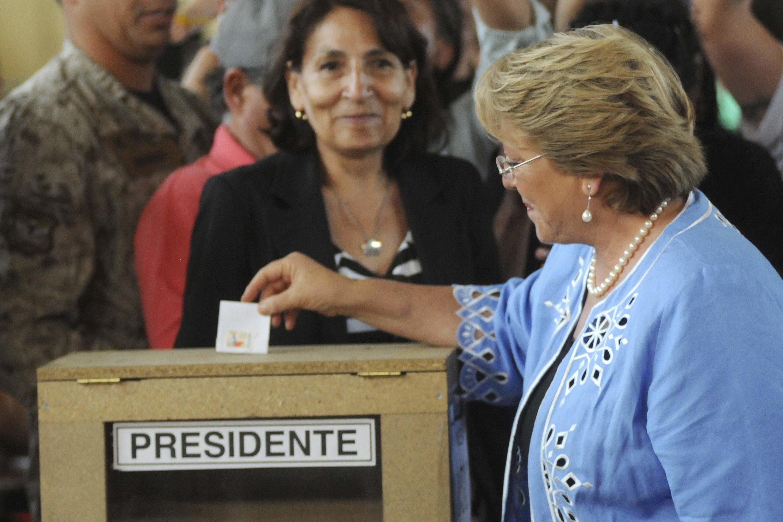 Ex-presidente já depositou o seu voto em uma urna de Santiago.