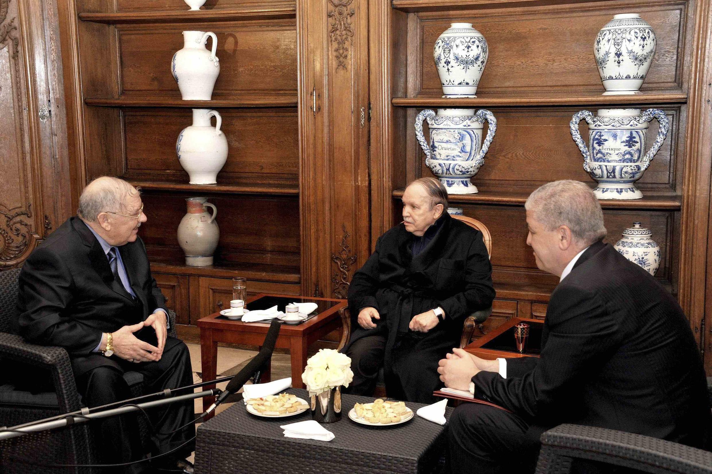 Le président algérien Abdelaziz Bouteflika (c.), le 12 juin 2013, en compagnie d'Ahmed Gaïd Salah (g.), chef d'état-major des armées, et du Premier ministre Abdelmalek Sellal (d.).