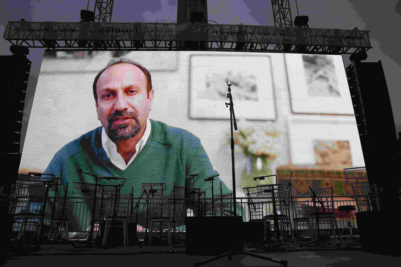 Le cinéaste iranien Asghar Farhadi s'adresse via une vidéo aux milliers de personnes qui assistent à la projection du film «Le Client» à Trafalgar Square, le 26 février 2017.