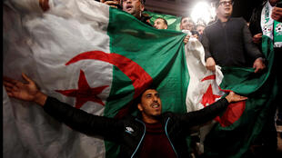 Les Algériens célèbrent la démission du président Bouteflika, à Alger, le 2 avril 2019.