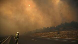 Fumaça espessa envolveu a região ao norte de Marselha, no sul da França, que enfrenta importantes incêndios nesta quarta-feira (10).