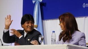 Le président bolivien Evo Morales et son homologue argentine Cristina Kirchner ont rendu hommage au pape François pour son rôle dans ce dégel entre Washington et La Havane.