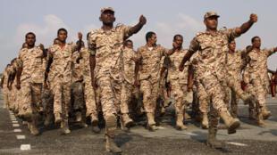 Soldados yemenitas durante un desfile militar en un puerto de la ciudad de Aden. Yemen, 14 de octubre de 2017.