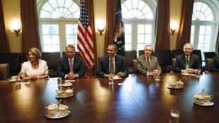 O presidente americano, Barack Obama (no centro), e os líderes do Congresso na Casa Branca, em Washington.