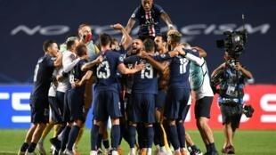 Les joueurs du PSG célèbrent leur victoire en demie-finale