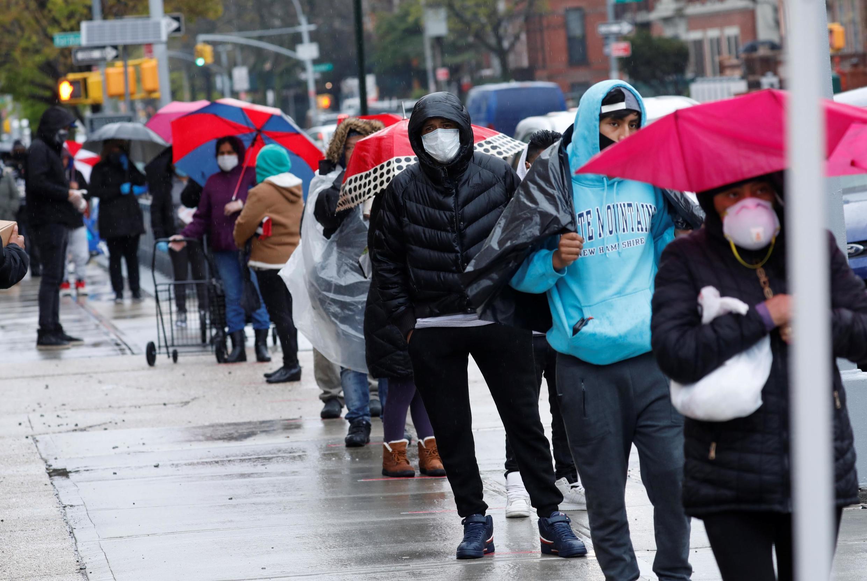 Des Américains font la queue pour recevoir de l'aide d'une banque alimentaire à New York, le 24 avril 2020.