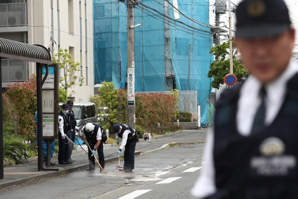 """حضور مأموران امنیتی ژاپن در محل حادثه حمله مرد مسلح به افرادی که در ایستگاه اتوبوس در انتظار بودند. در این حادثه که در روز سهشنبه ٧ خرداد/ ٢۸ مه ٢٠۱٩ در شهر """"کاواساکی"""" بوقوع پیوست، ١۶ نفر زخمی و ٢ نفر جان خود را از دست دادند."""
