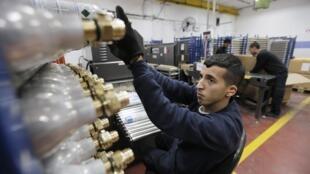 Un employé palestinien dans une usine Sodastream Maale Adumim, en Cisjordanie, le 28 janvier 2014.