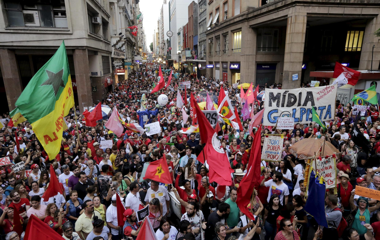 تظاهرات در حمایت از دولت چپگرای برزیل به رهبری دیلما روسف، در شهر ساحلی ورتو الگره. پنجشنبه ۳۱ مارس/ ۱۲ فروردین