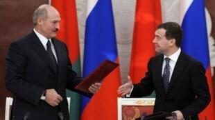 លោក Alexandre Loukachenko រូបខាងឆ្វេងដៃ