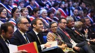 Emmanuel Macron, à côté de Richard Ferrand (2e à gauche) aux Assises des maires de Bretagne, le 3 avril 2019.
