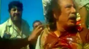 網上卡紮菲被捉後臨死前的錄像,路透社2011年10月21日獲得