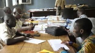 Contaem de buletins de voto em Conacri, no dia 14 de Outubro de 2015