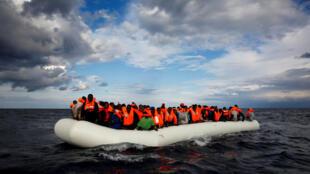 Une embarcation remplie de candidats à l'exil en Europe dérive en mer Méditerranée, au large de la Libye, le 2 janvier 2017.