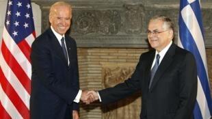 O vice-presidente americano, Joe Biden (esq.), e o premiê Lucas Papademos em Atenas.