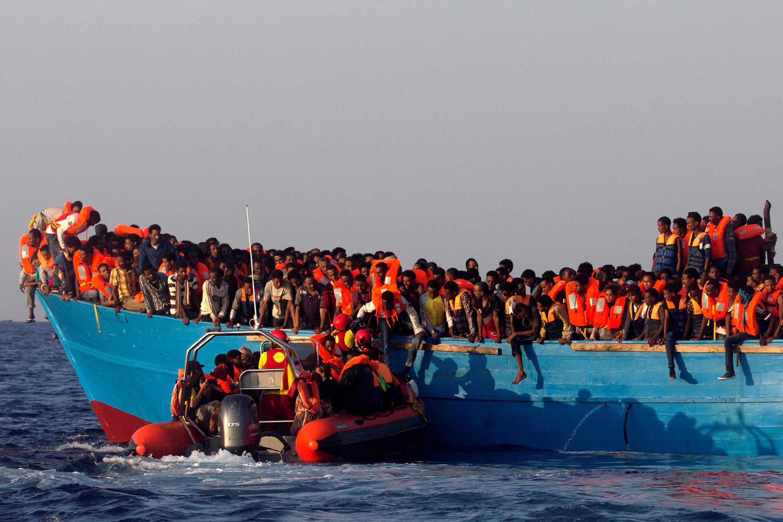 Un bateau de l'organisation catalane Proactiva Open Arms, qui participe aux opérations de secours avec d'autres ONG, vient au secours d'une embarcation transportant des migrants venant d'Erythrée, au large de la Libye, le 29 août 2016.
