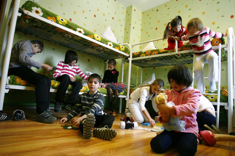 Des enfants qui jouent dans l'une des chambres du dortoir de l'orphelinat de Rostov-sur-le-Don, dans le sud de la Russie.