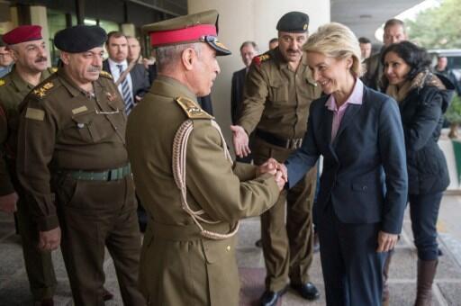 Le général Babaker Zebari (3e g), à l'époque chef d'état-major de l'armée irakienne, accueille la ministre de la Défense allemande Ursula von der Leyen, à Bagdad, le 11 janvier 2015.
