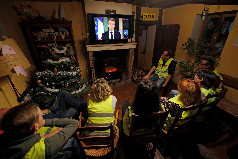 За выступлениями Эмманюэля Макрона по телевизору наблюдали тысячи желтых жилетов