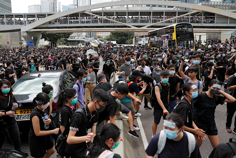 Các thanh niên biểu tình phong tỏa một con đường ở Hồng Kông ngày 21/06/2019.