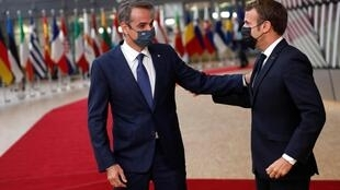 Le président français Emmanuel Macron et le Premier ministre grec Kyriakos Mitsotakis, à Bruxelles, le 1er octobre 2020.