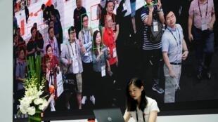 La reconnaissance faciale combinée à la vidéosurveillance généralisée dans les villes en Chine donne au système de notation citoyenne une portée inquiétante.