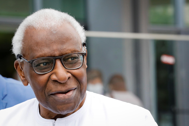 L'ancien président de la Fédération internationale d'athlétisme, le Sénégalais Lamine Diack, à son arrivée au palais de justice de Paris, le 10 juin 2020