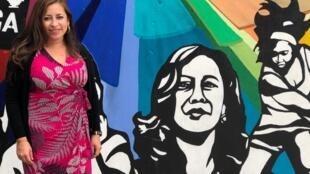 Jaqueline Parker, la Principale de l'école primaire Thousand Oaks Elementary School de Berkeley devant la fresque de Kamala Harris.