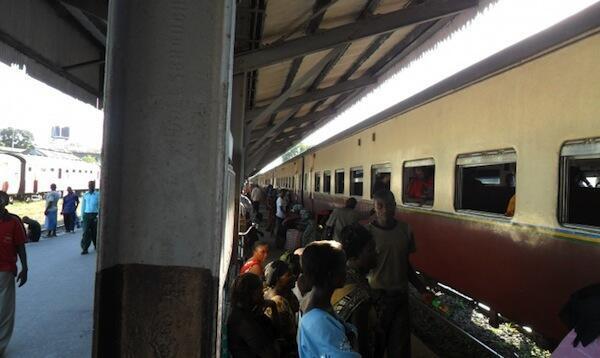Wananchi wa Dar es Salaam nchini Tanzania wakijiandaa kupanda kwenye treni ambayo ilisimamisha safari zake kutokana na reli kuharibika kutokana na mvua