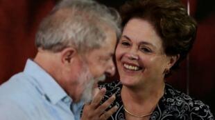 O ex-presidente brasileiro, Luiz Inácio Lula da Silva, fala com a ex-presidente Dilma Rousseff durante uma reunião com membros do Partido dos Trabalhadores (PT), que decidiu que Lula da Silva será seu candidato novamente nas eleições de 2018.