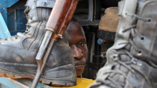 Un anti-balaka arrêté par un gendarme dans le quartier P12 de Bangui, le 24 janvier 2014.