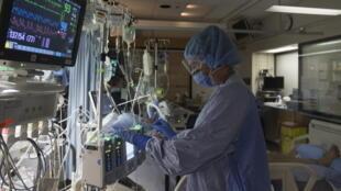 Une infirmière canadienne dans un service de traitement du Covid-19 à l'hôpital St Paul de Vancouver en Avril 2020 (image d'illustration).