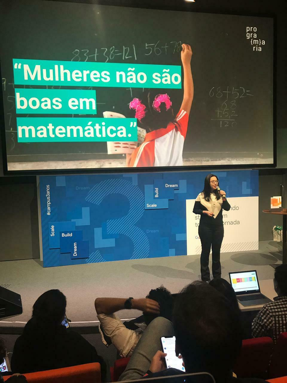 Iana Chan, fundadora da PrograMaria, apresenta pitch no Demo Day do Google For Startups.