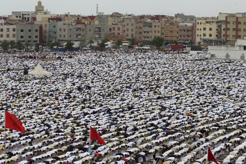 Maré humana formada por muçulmanos que rezam para marcar o fim do Ramadã no Marrocos.