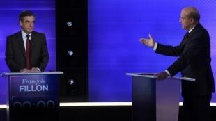 Hai ông Juppé và Fillon trong cuộc tranh luận trước vòng hai bầu cử sơ bộ phe trung-hữu, tối 24/112016 tại Paris.