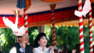 Thủ tướng Cam Bốt Hun Sen và phu nhân thả chim bồ câu trong lễ kỷ niệm 39 năm chế độ Khmer Đỏ sụp đổ, Phnom Penh, ngày 07/01/2018.