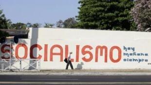 """Dòng khẩu hiệu được sơn trên một bức tường ở thủ đô La Habana: """"Chủ nghĩa xã hội, hôm nay, ngày mai và mãi mãi"""". Ảnh chụp ngày 15/4/11."""