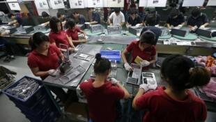 中国一工厂内员工生产资料图片
