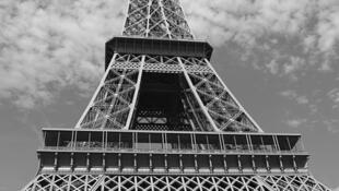 Assaltos frequentes e agressões a turistas e funcionários da Torre Eiffel se tornaram frequentes diante do monumento.