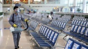 Nhân viên khử trùng nhà ga Nam Kinh (Nanjing), thành phố Nam Kinh, tỉnh Giang Tô (Jiangsu), ngày 27/01/2020.