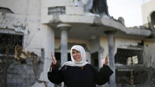 Mulher palestina chora diante de casa destruída por ataque aéreo israelense em Beit Hanoun, no norte da Faixa de Gaza, nesta sexta-feira (16).