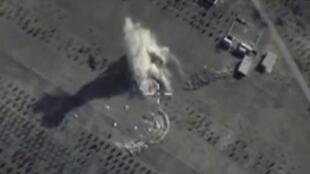 """تصویری که توسط وزارت دفاع روسیه ارائه شده است، حملات هوایی روسیه را بر مواضع گروه اسلامی را در """"حماه"""" نشان میدهد. ١٩ مهر/ ١١ اکتبر ٢٠١۵"""