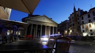Le Panthéon et la piazza della Rotonda, à Rome, le 11 mars 2020. Le Premier ministre italien Giuseppe Conte a annoncé la fermeture des commerces dans la péninsule, sauf ceux des secteurs de la distribution alimentaire et de la santé.