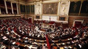 Texto sobre o casamento e a adoção por homossexuais começou a ser debatido na terça-feira, na Assembleia francesa.