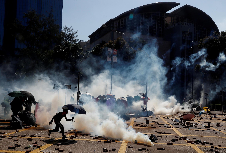 """A China disse nesta quinta-feira (21) que está pronta para """"reagir com determinação"""", depois da adoção pelo Congresso americano de uma lei que apoia os manifestantes pró-democracia em Hong Kong."""