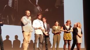 Feipe Tomazelli (1° à esquerda) e Ricardo Martensen (2° à esquerda), durante entrega de prêmios no Festival Biarritz América Latina 2017 neste sábado (30).