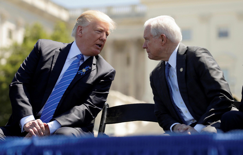 Rais Donald Trump na Mwanasheria Mkuu wa Marekani Jeff Sessions huko Washington, Marekani, Mei 15, 2017.