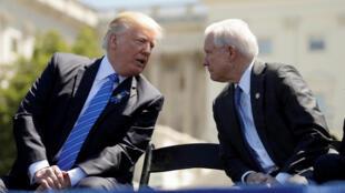Tổng thống Donald Trump (T) và bộ trưởng Tư Pháp Jeff Sessions tại Washington, Hoa Kỳ, ngày 15/05/2017.